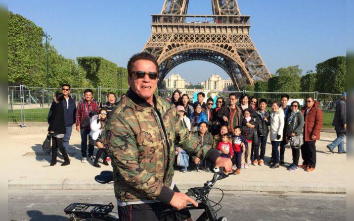 SCHWARZENEGGER PHOTOBOMBS THAI TOURISTS AT EIFFEL TOWER