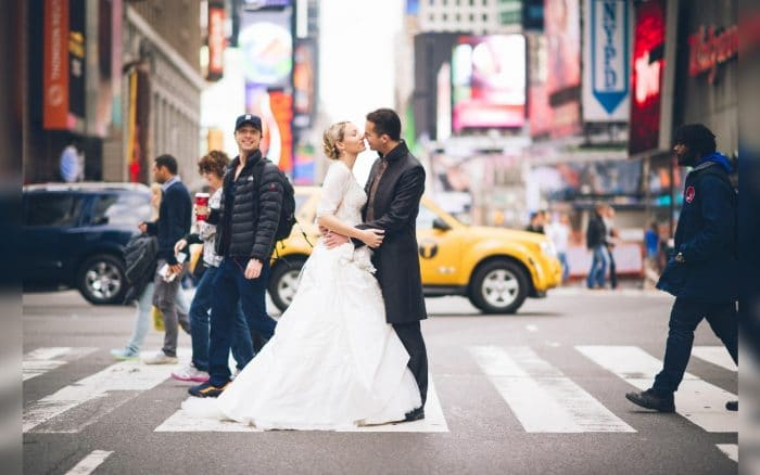 Zach Braff photobombing newlyweds
