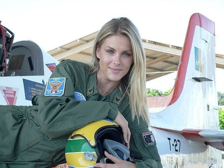 A photo of Ana Hickmann, a model who became a fighter pilot.