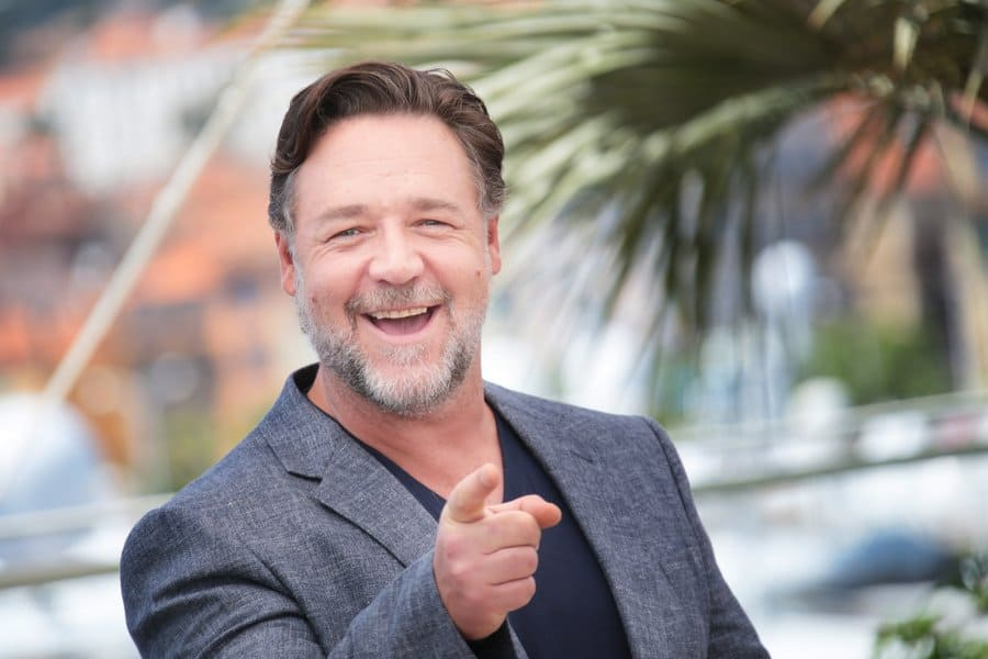 Russell Crowe making selfies at The Nice Guys' photocall