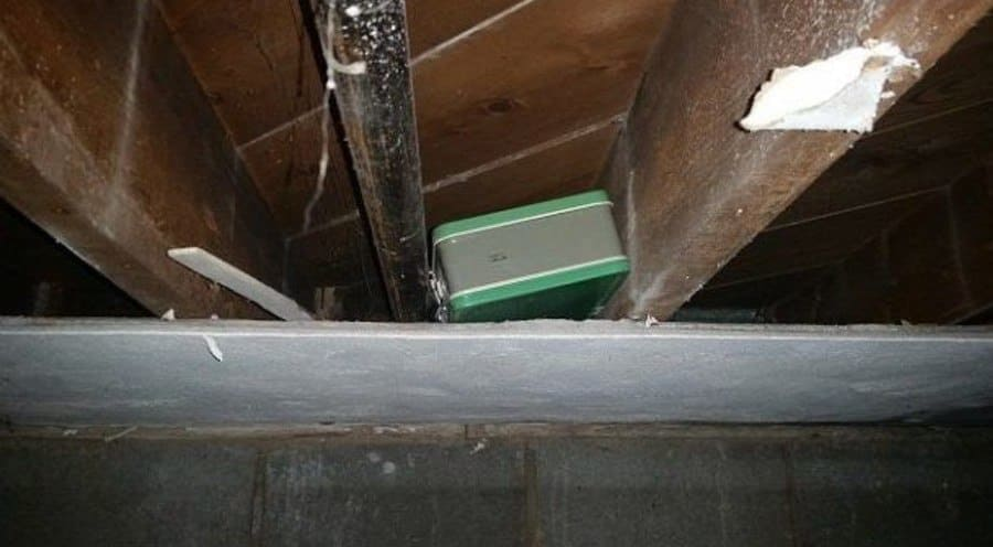 La maleta estaba encajada entre los paneles del techo