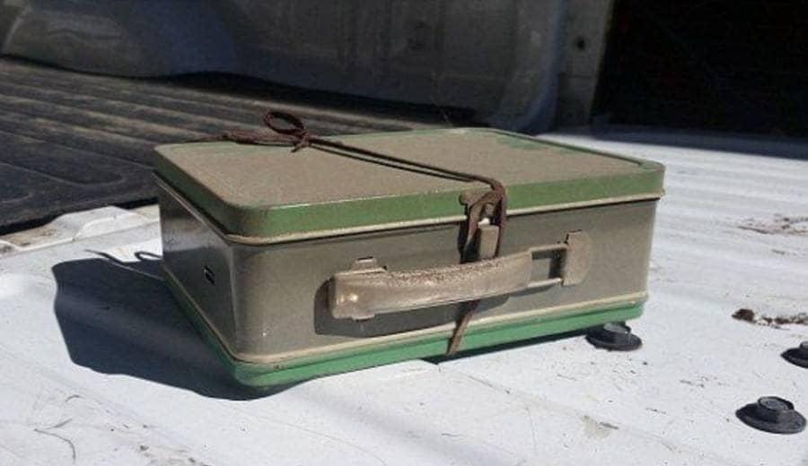 El marido tomó fotos de la maleta mientras esperaba a su esposa.