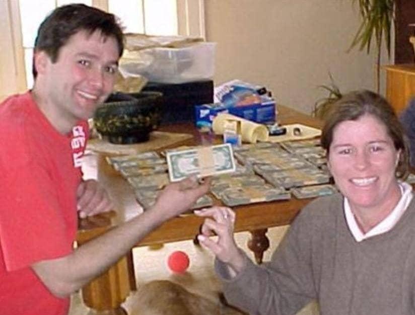 Una fotografía de la pareja y sus montones de dinero sentados en la mesa del comedor.