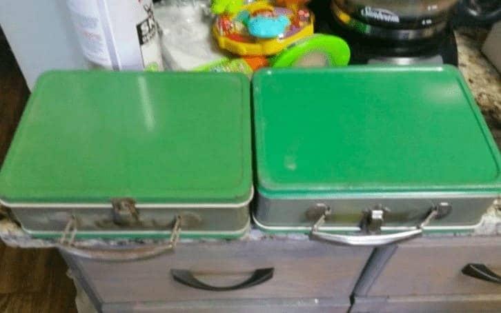 Las dos maletas, una al lado de la otra.