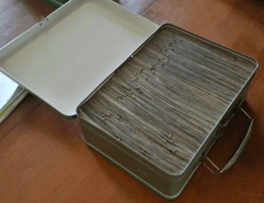 El contenido de la segunda maleta, el cual fue amontonado y se separado con clips