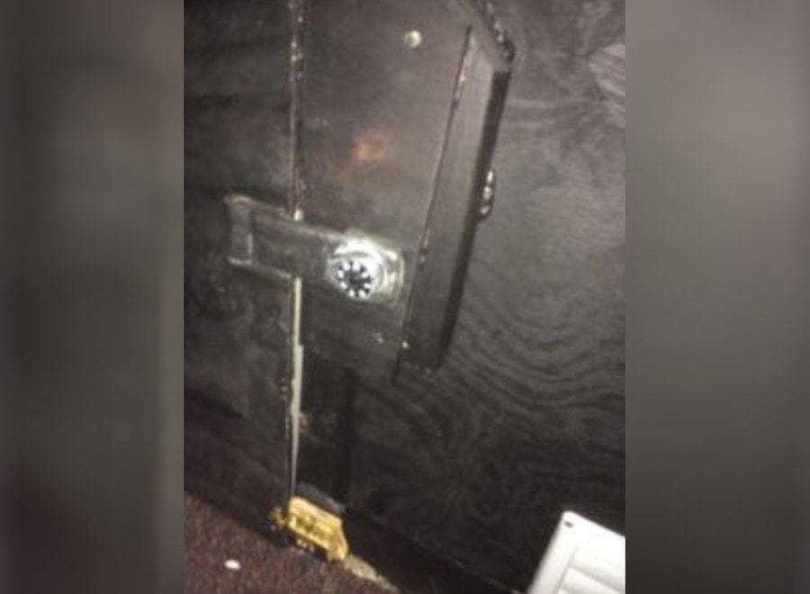 La negra caja fuerte en el cuarto secreto