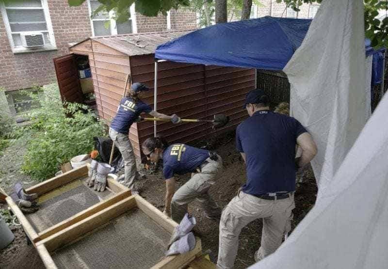 Los agentes del FBI montando carpas y cavando en su patio trasero.