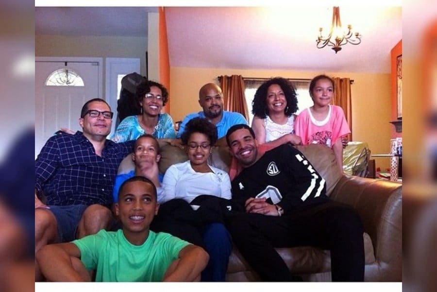 Drake, Kennedy Brown, and the rest of her family posing on their couch