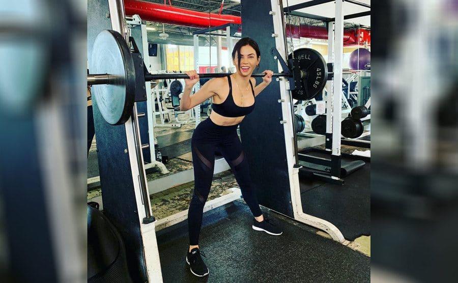 Jenna Dewan lifting weights