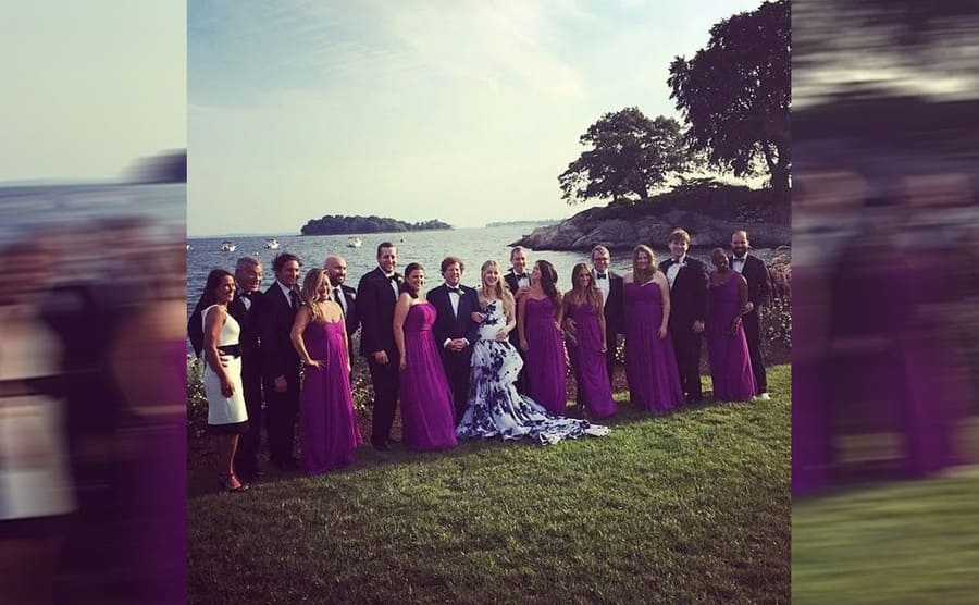 Sarah Jessica Parker posing in line with the bridesmaids and the groomsmen