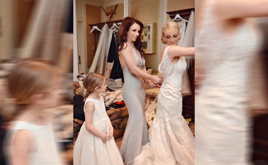 Britney Spears zipping up Jamie Lynn's wedding dress