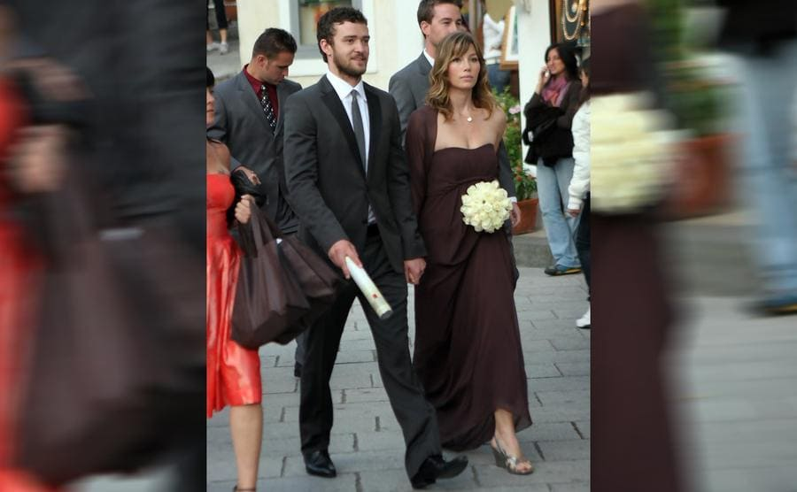 Justin Timberlake and Jessica Biel walking with a wedding party
