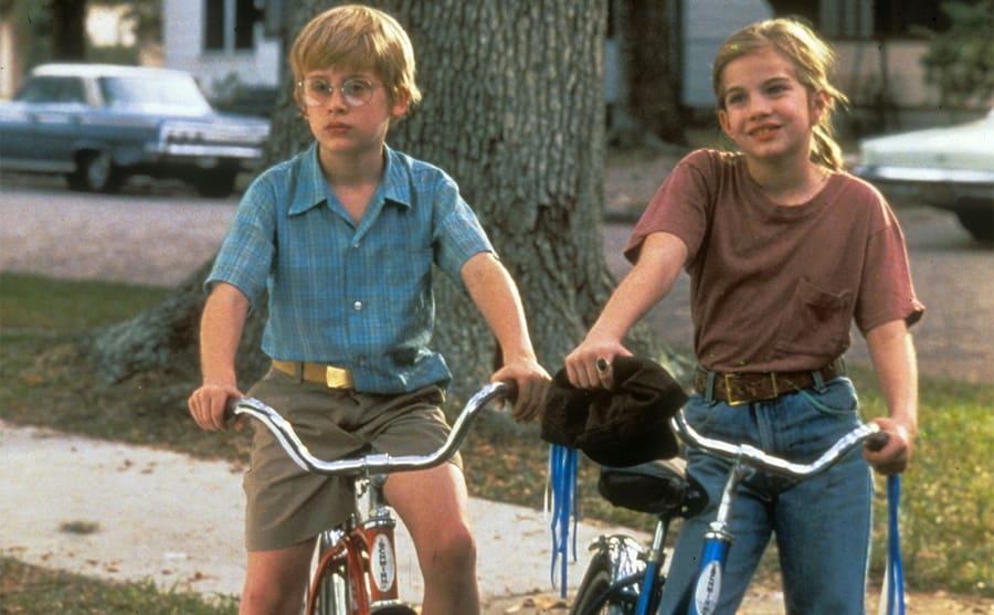 Macaulay Culkin and Anna Chlumsky with their bikes in the film My Girl