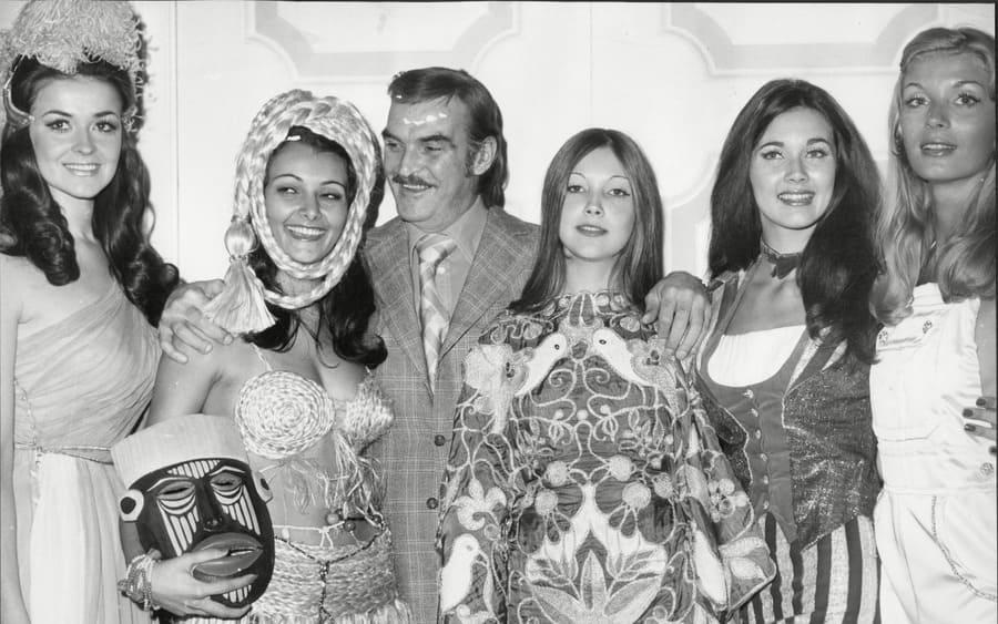Miss World Contest 1972. Miss USA Lynda Carter, Miss Portugal Anita Marques, Actor Sir Stanley Baker, Miss Israel Chana Ordan, Miss Uk Jenny Mcadam, And Miss Sweden Rita Bengtsson