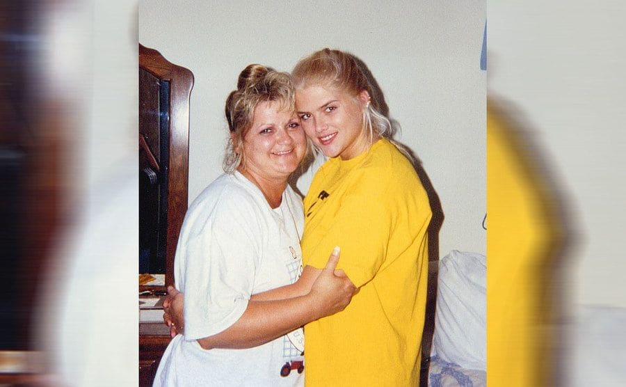 Anna Nicole Smith posing with her mother