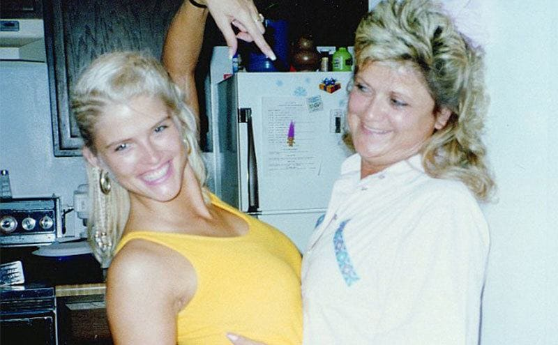 Anna Nicole Smith posing pointing at her mother in the kitchen
