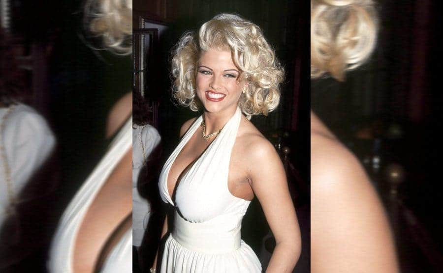 Anna Nicole Smith dressed similar to Marilyn Monroe on the red carpet in May 1993