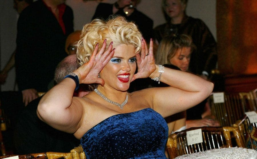 Anna Nicole Smith posing happily at a Vanity Fair event