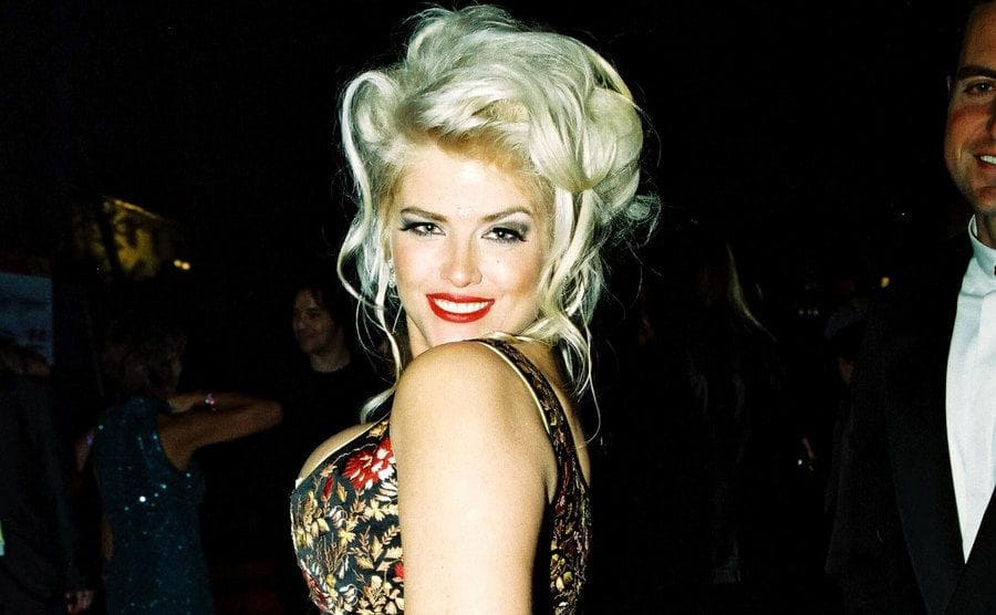 Anna Nicole Smith posing on the red carpet looking over her shoulder