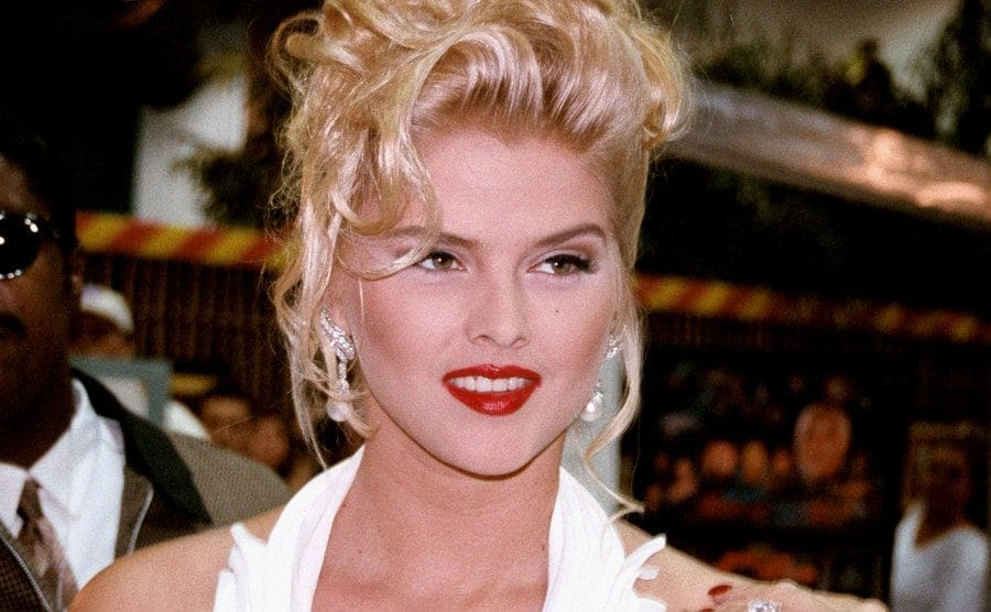 Anna Nicole Smith on the red carpet showing off the large diamond on her finger