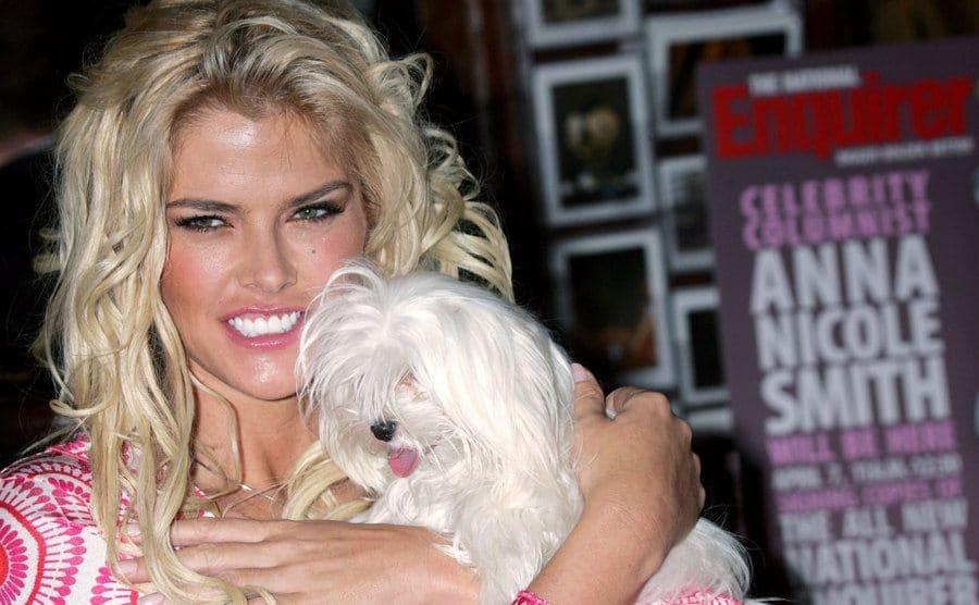 Anna Nicole Smith posing with her dog