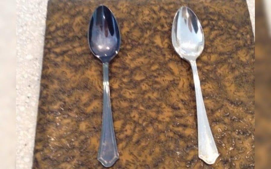 Dos cucharas; una al lado de otra, una sin brillo y la otra reluciente
