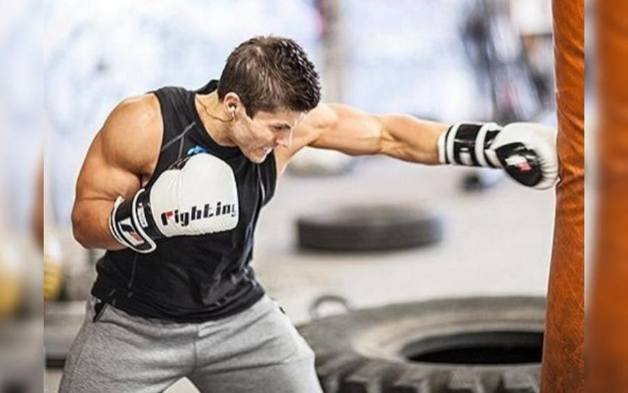 Hombre musculoso practicando boxeo