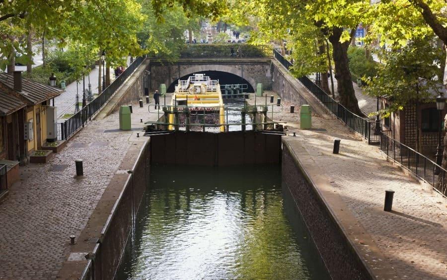 Barco turístico en una compuerta, Canal Saint Martin, París, Francia, Europa.