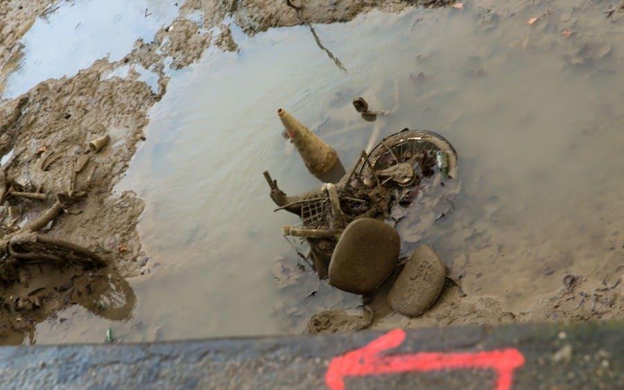 Artículos desechados en el canal drenado