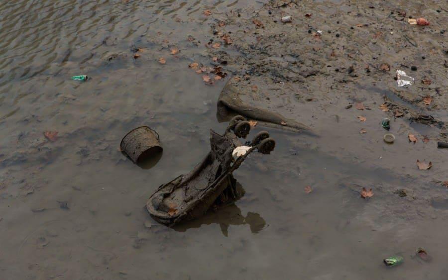 Cochecito en el canal drenado