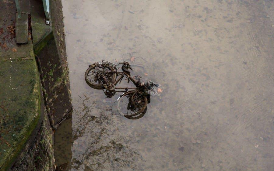 Bicicleta en el canal drenado