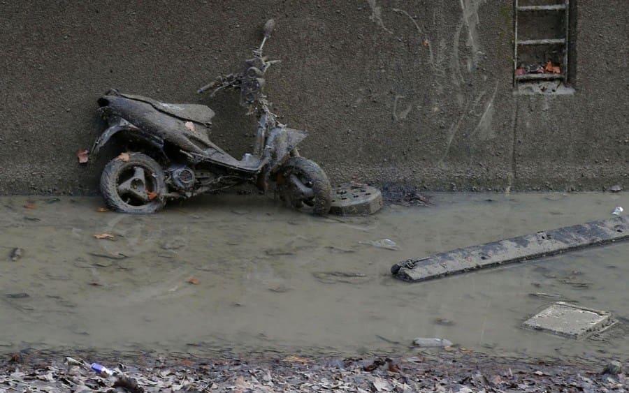 motorcycle en el canal drenado