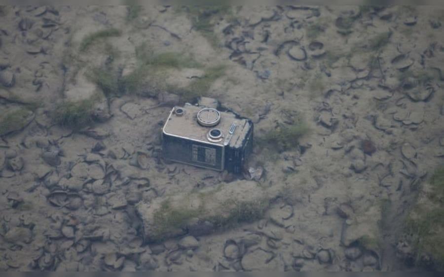 Una cámara antigua se encuentra en la parte inferior, en medio de cientos de conchas de mejillón desechadas.