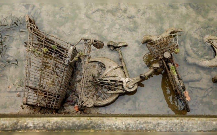 Decenas de bicicletas de alquiler Vélib de la ciudad se encuentran entre los artículos que ensucian el fondo del canal.