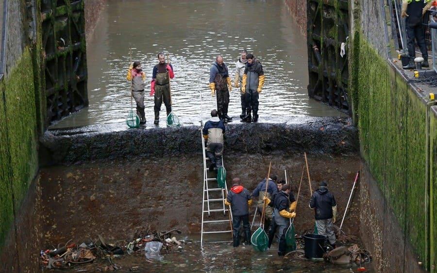preparándose para drenar el canal