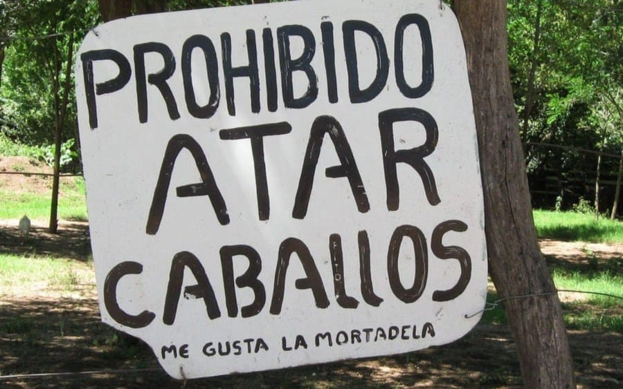 Letrero que lee: Prohibido Atar Caballos. Me gusta la mortadela