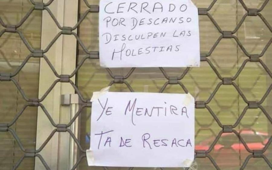 Dos carteles fuera de un local, el de arriba lee: Cerrado por descanso, disculpen las molestias y el de abajo dice: Ye mentira, ta de resaca.