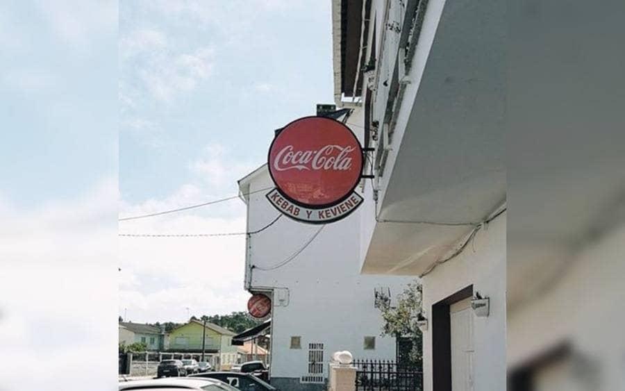 Letrero de un local llamado Kebab y Viene