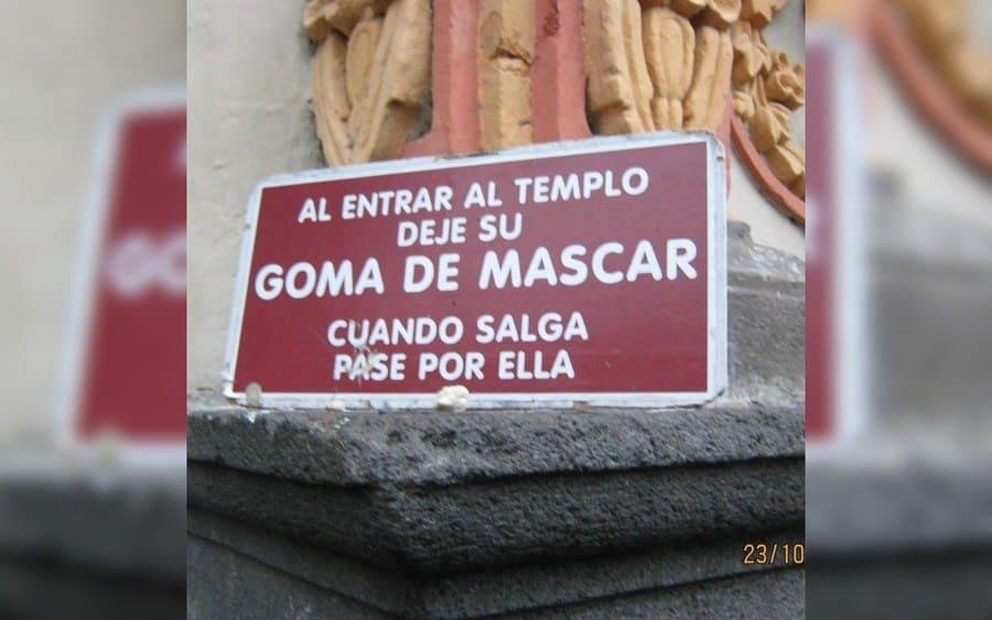 Letrero que lee: Al entrar al templo deje su goma de mascar, cuando salga pase por ella.