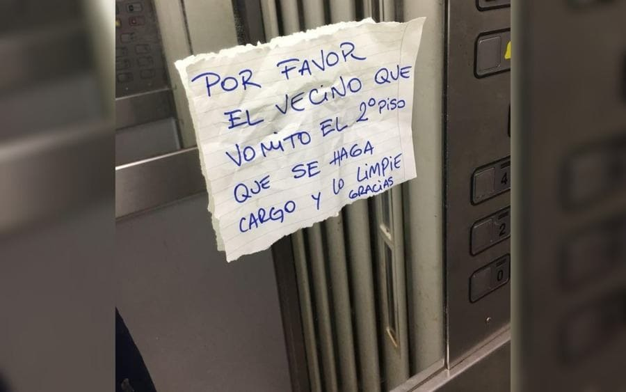 Letrero que lee: Por favor, el vecino que vomitó el 2do piso que se haga cargo y lo limpie, gracias.
