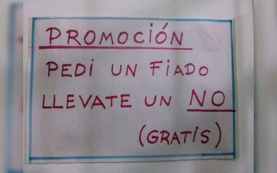 Letrero que lee: Promoción, Pedí un fiado, llévate un no (gratis)