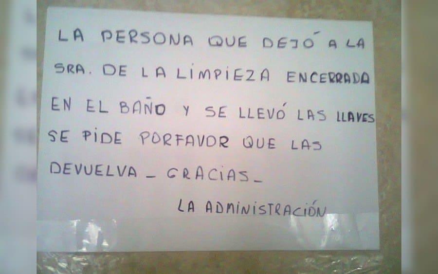 Letrero que lee: La persona que dejó a la señora de la limpieza encerrada en el baño y se llevó las llaves, se pide por favor que las devuelva -gracias- la administración