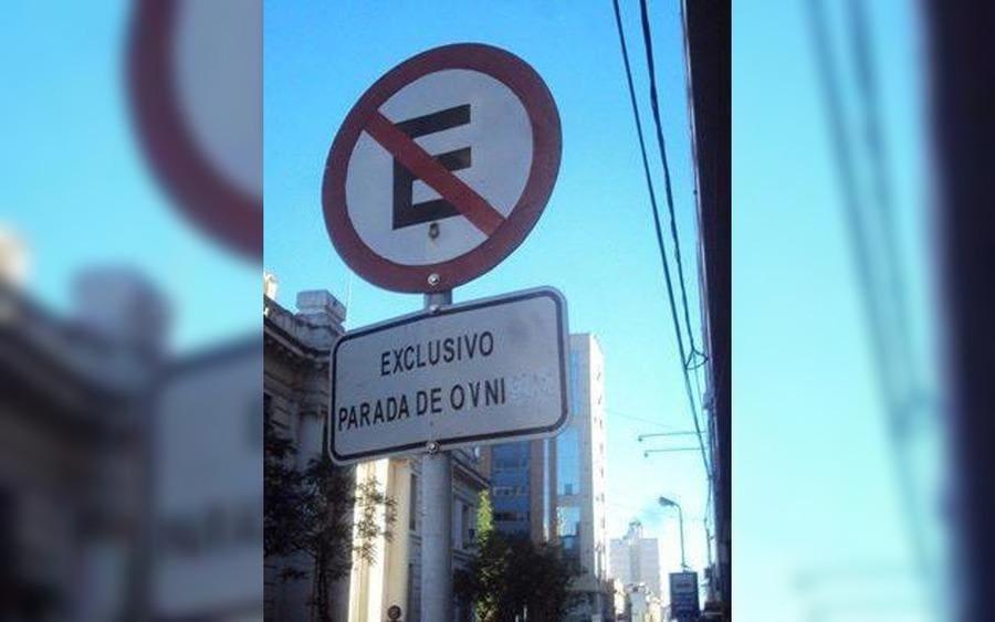 Letrero de no estacionar que lee: Exclusivo Parada de OVNI