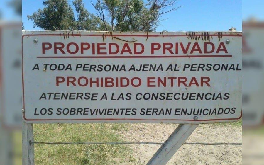 Letrero que lee: Propiedad Privada, a toda persona ajena al personal Prohibido Entrar…Atenerse a las consecuencias, los sobrevivientes serán enjuiciados.