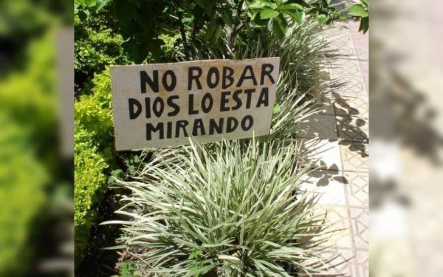 Letrero que lee: No robar, Dios lo está mirando