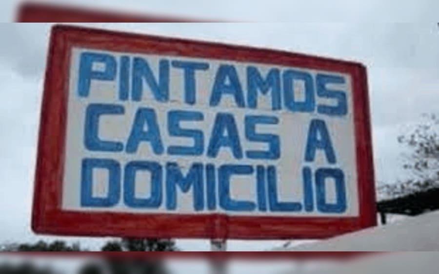 Letrero que lee: Pintamos Casas a Domicilio