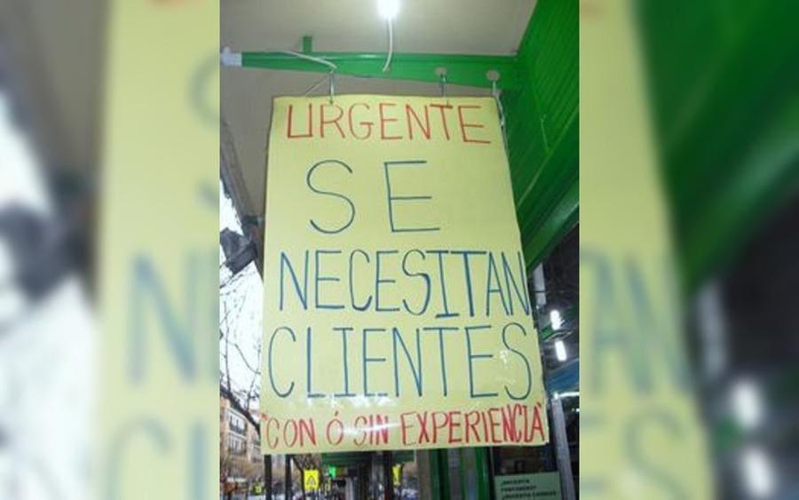 Letrero que lee: Urgente, se necesitan clientes…con o sin experiencia.