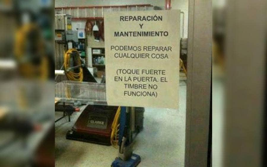Letrero que lee: Reparación y Mantenimiento…Podemos repara cualquier cosa… (Toque fuerte en la puerta. El timbre no funciona).