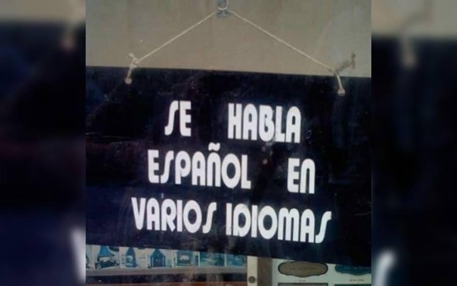 Letrero que lee: Se habla Español en varios idiomas