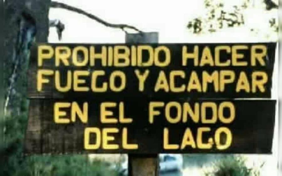 Letrero que lee: Prohibido hacer fuego y acampar en el fondo del lago